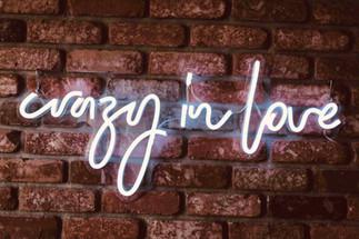 "Neon nápis ""crazy in love"""