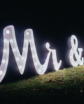 90cm svítící nápis Mr & Mrs k pronájmu světelná dekorace na svatbu