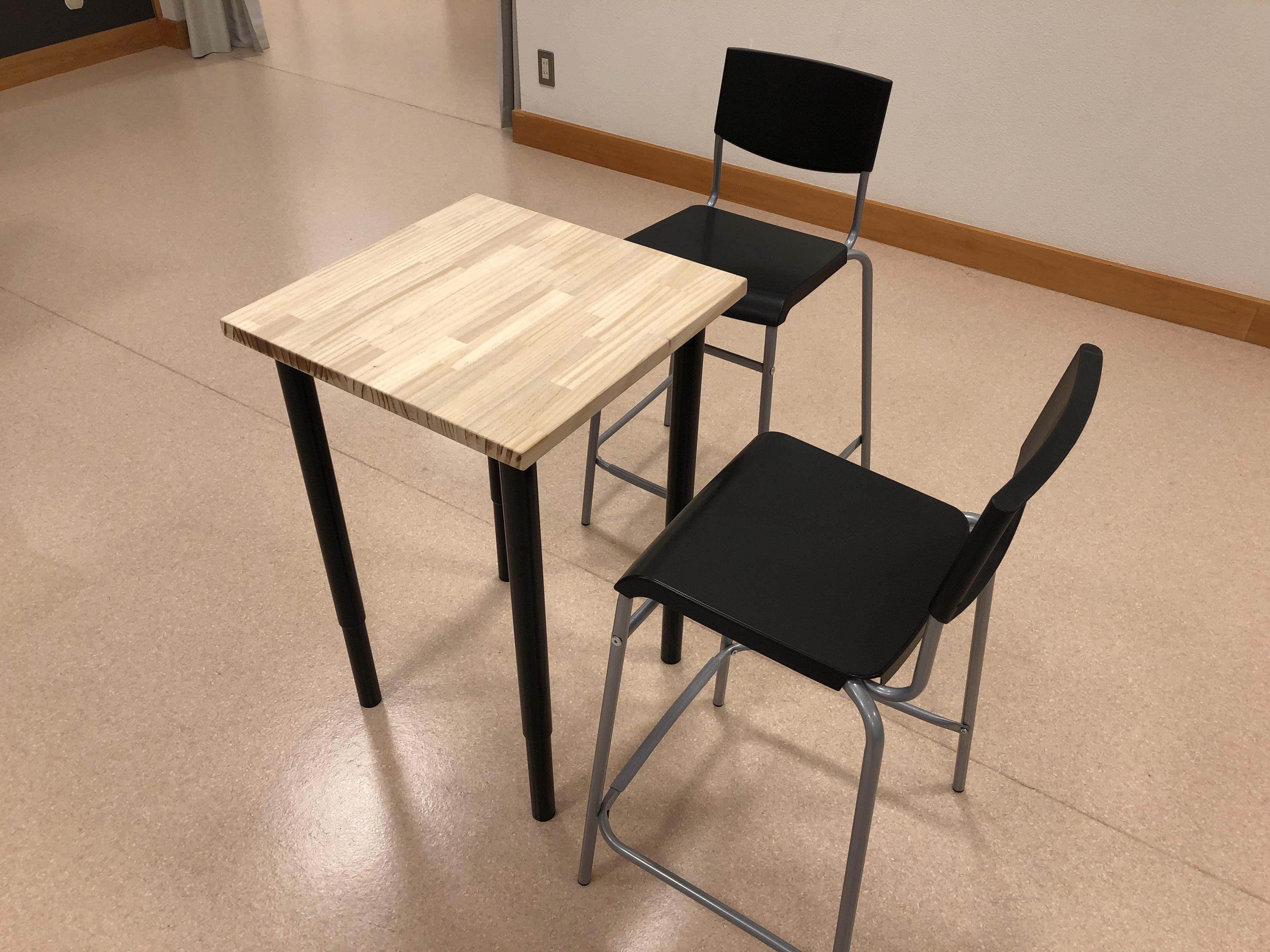 角テーブルと座面の高い椅子