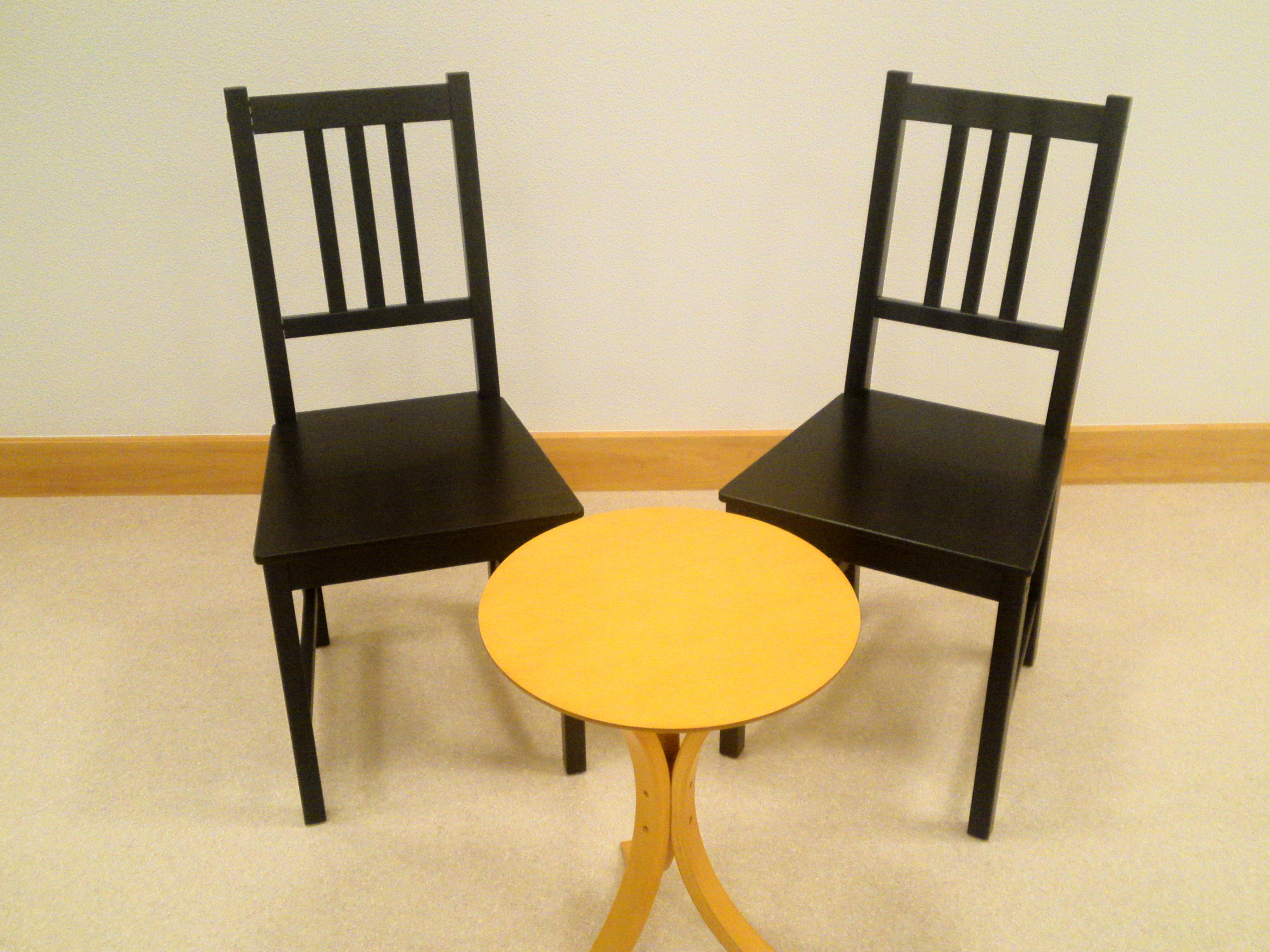 丸テーブルと背付き椅子