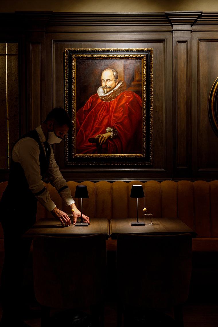 Un dettaglio della sala del Caffè Doria. Quadro, divano, servizio.