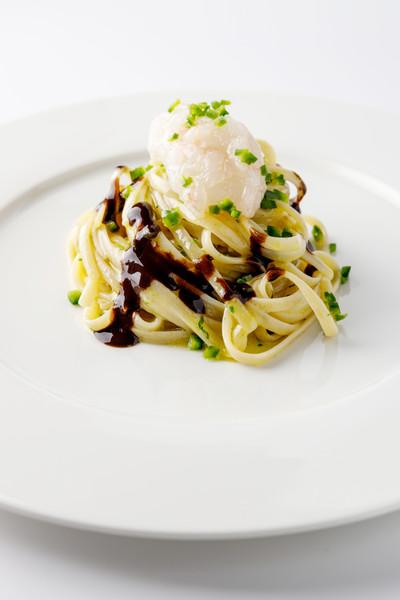 Linguine con scampi, aglio nero e jalapeno