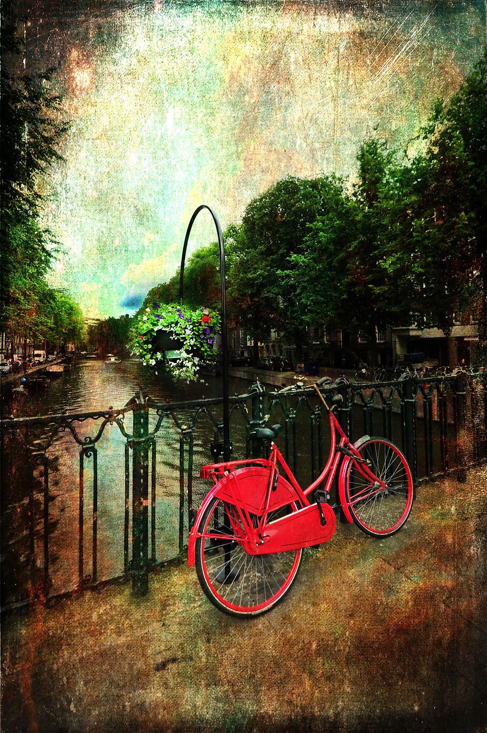 Et bilde av en rød sykkel i Amsterdam har fått teksturlag i Photoshop.