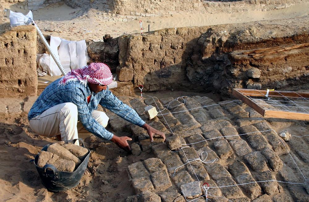 Archeologen aan het werk, met een Kaffiyah