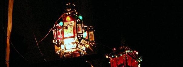 Ramadanlampen hangen in Luxor (Egypte) op straat