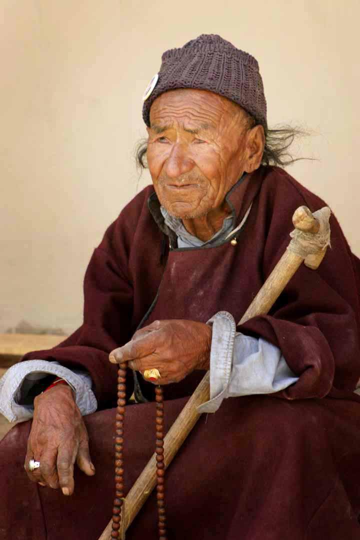 Een man uit Ladakh met een bidsnoer