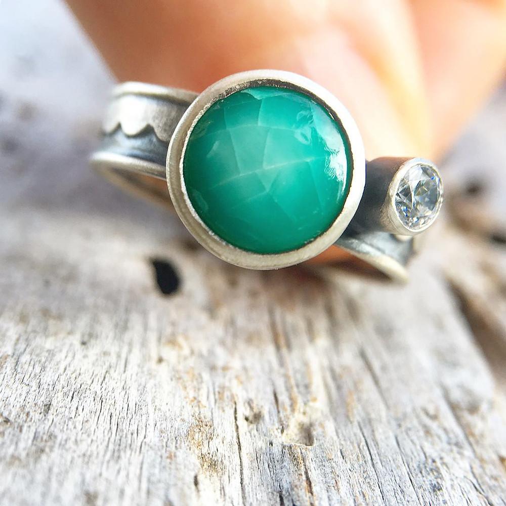 Een zilveren ring gemaakt van zee-afval door Nurdle in the Rough Jewelry