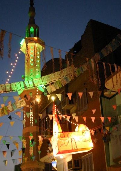 Naast een moskee hangt een lampion in de vorm van een moskee