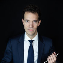 headshot photography for conductor and director of orchestra at Vilija Skubute studio
