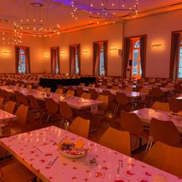 Tischreihen im kompletten Saal für Grossveranstaltung