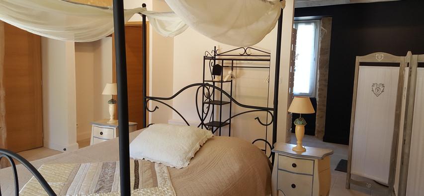lit à baldaquin et salle de bain