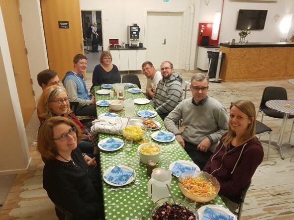 forberedelsen, 'præludium' til en Triny gudstjeneste, hvor teamet spiser sammen.