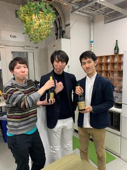 小嗣研では論文が受理されたらシャンパンを開けてお祝いします。