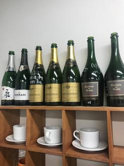 小嗣研では論文採択や受賞があるとシャンパンでお祝いをします。