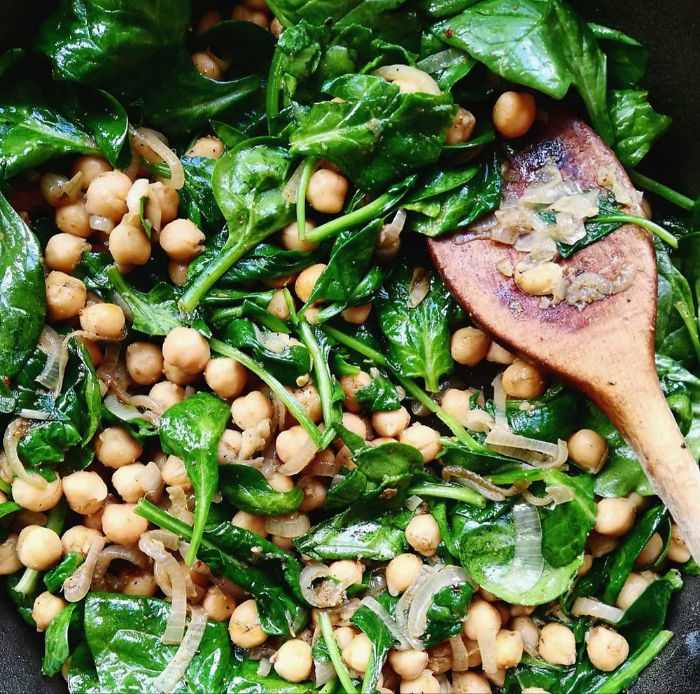 Spiced chickpeas with garlic, spinach and shallot