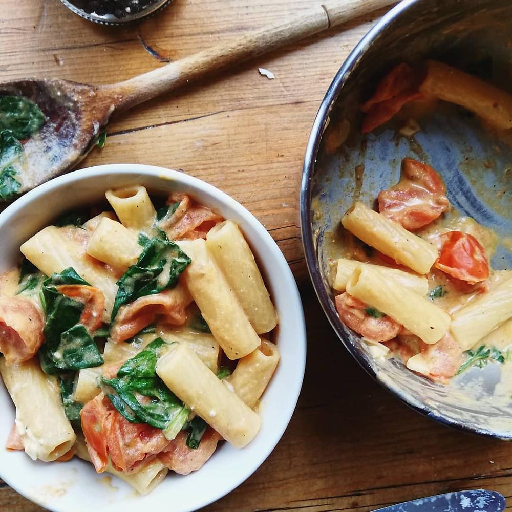 Rigatoni with tomato, feta and spinach