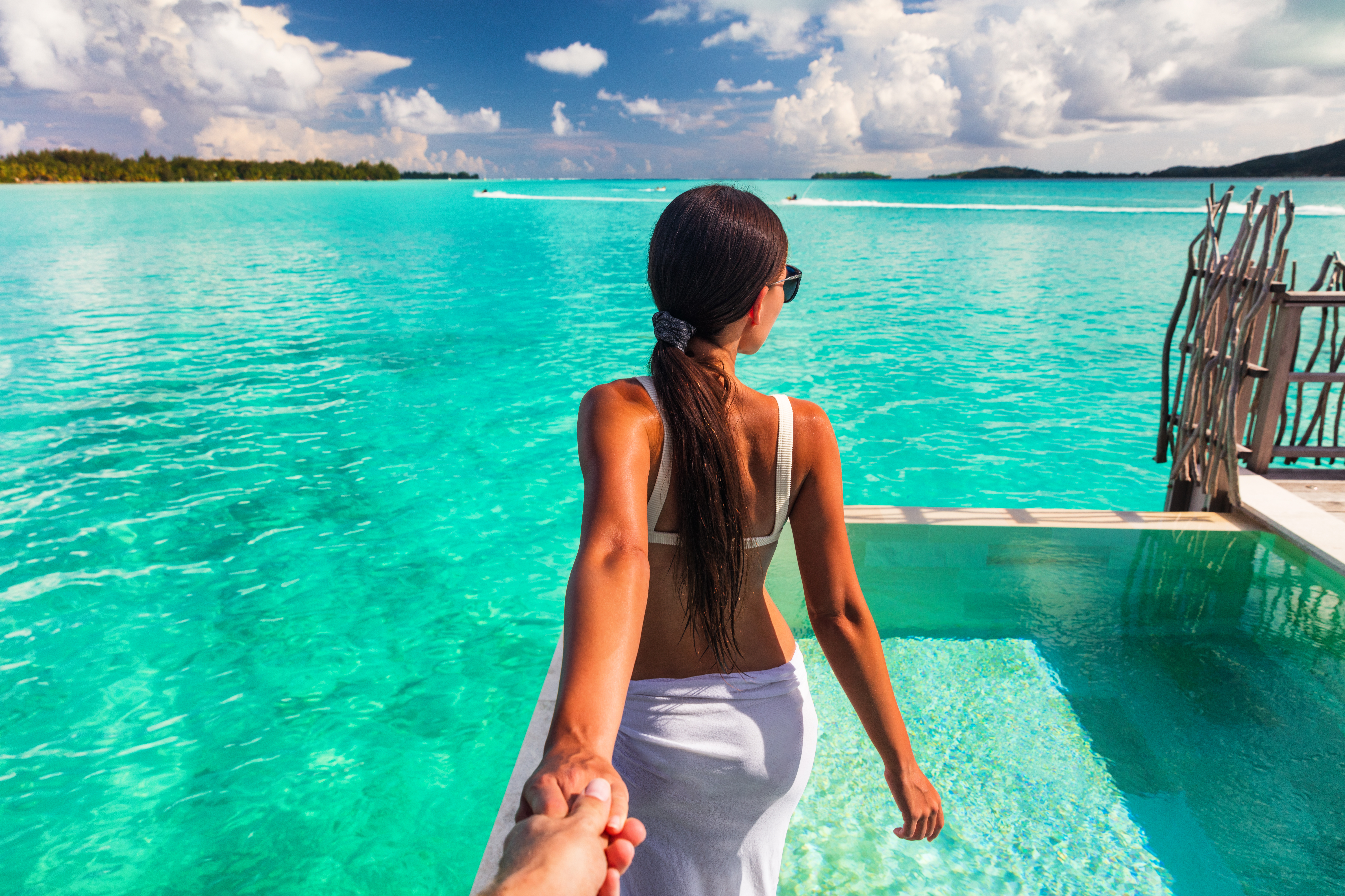 Follow me beach couple man holding girlf