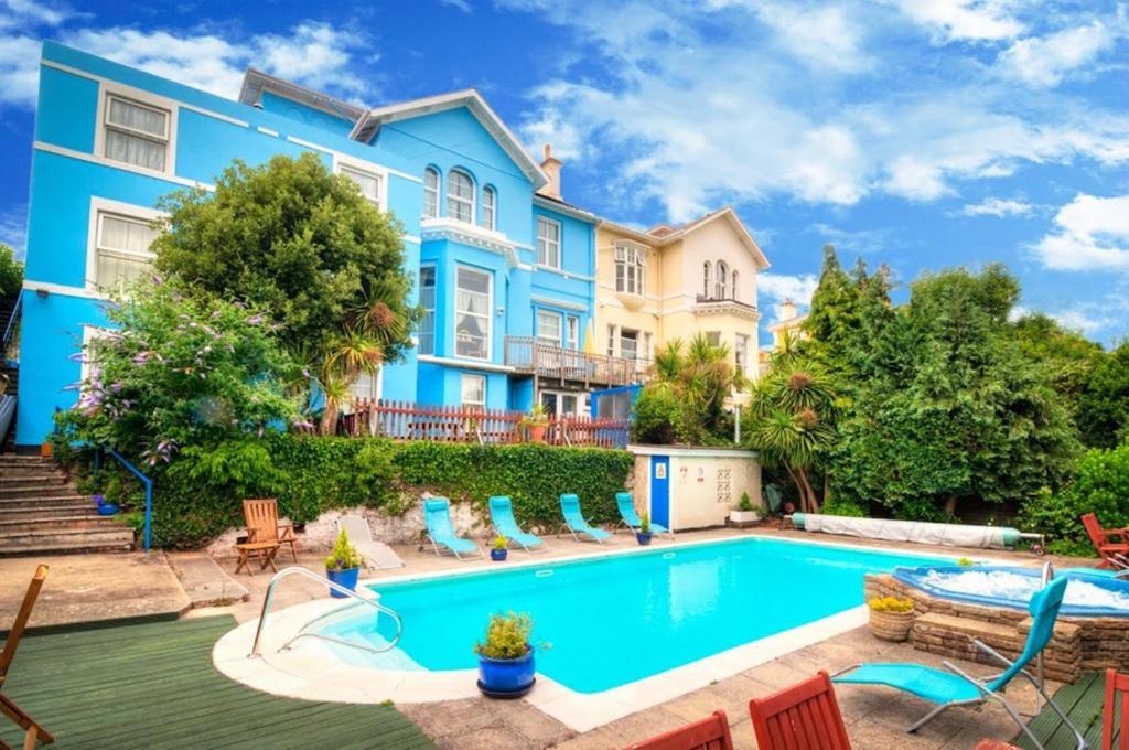 Garden, swimming pool & Jacuzzi