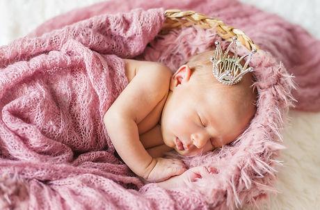 newborn-baby-girl-crown-selective-focus-