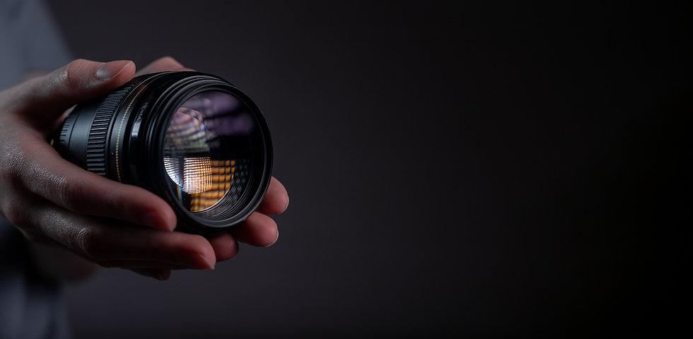 modern-digital-camera-lens-85mm-hand-dar