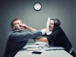 Mésentente entre collègues : refuser de travailler avec un collègue peut-il justifier un licenciemen