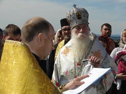 Отец Валентин зачитывает послание Патриарха