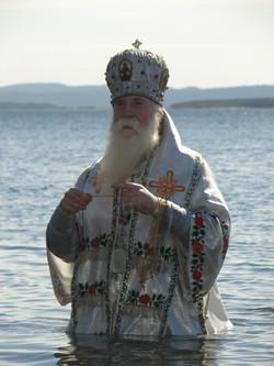 Архиерей, пока всех покрестил, простоял в воде не менее получаса, а вода-то морская, беломорская, ст