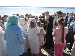 За благословением к Владыке выстроились желающие окунуться в водах залива (обновив, тем самым, своё