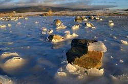 Камни взламывают тонкий весенний лед