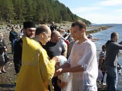 Священники на берегу встречали крестившихся и миропомазывали