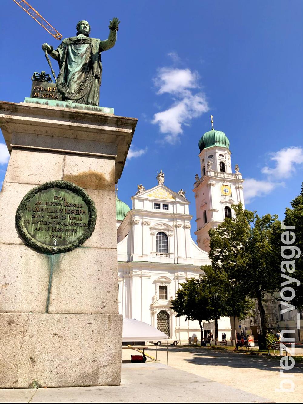 Das Denkmal ist für König Maximilian I Josef von Bayern. Im Hintergrund der Dom St. Stephan von Passau