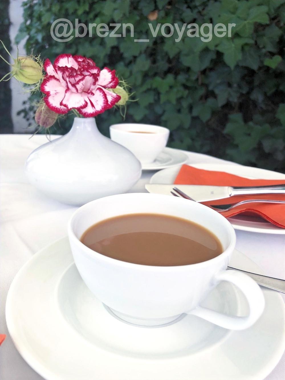 Café wird zum Tisch gebracht