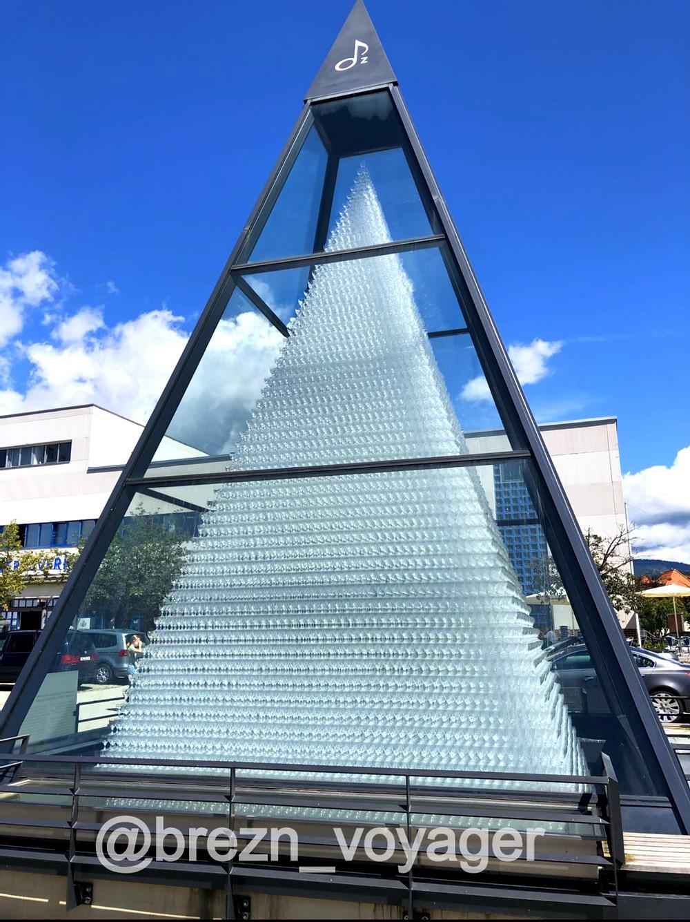 Höchste Glaspyramide der Welt. Sie besteht aus knapp 100.000 Gläsern und wurde in Handarbeit aufgestellt.