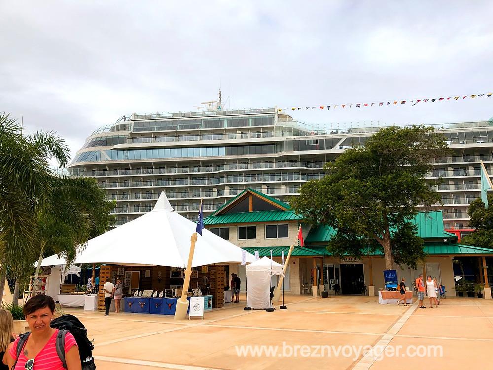 Bevor man auf das Schiff geht, hat man im Terminal viele Möglichkeiten landestypische Erinnerungen zu kaufen