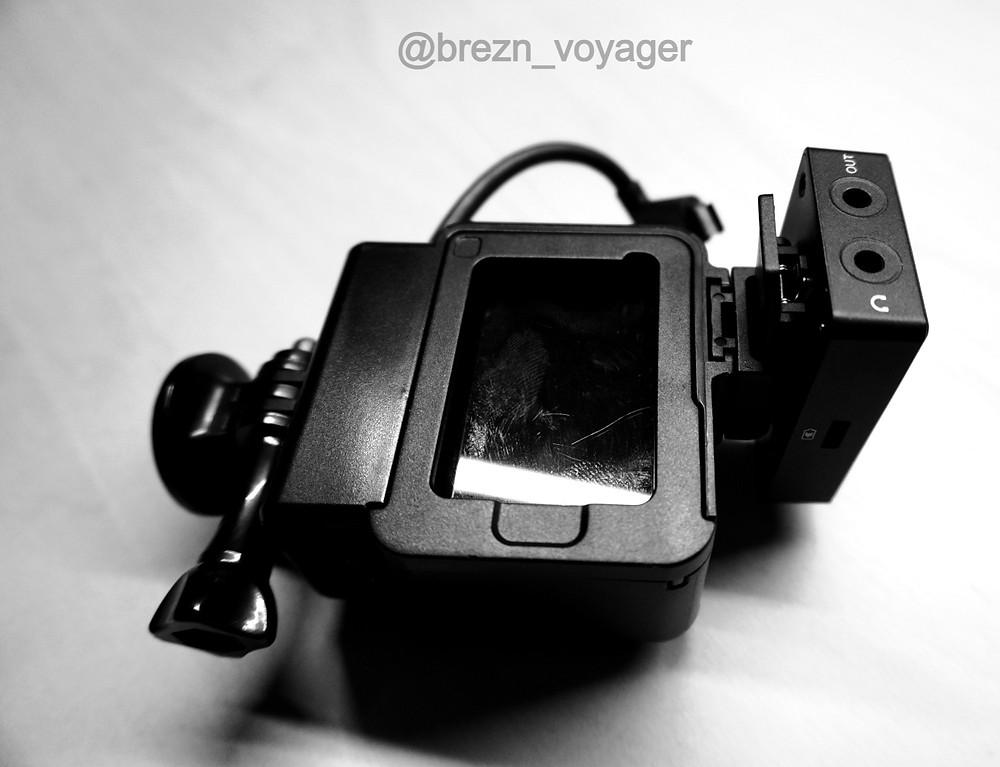 Auch bei der GoPro wird der Empfänger am Blitzschuh befestigt.