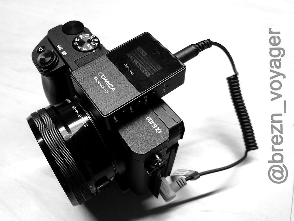 Der Empfänger des Comica Boom X-D2 Sets wird an der Sony Alpha 6400 am Blitzschuh befestigt