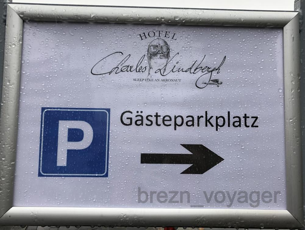 Die Parkplätze befinden sich gegenüber dem Eingang Berlin