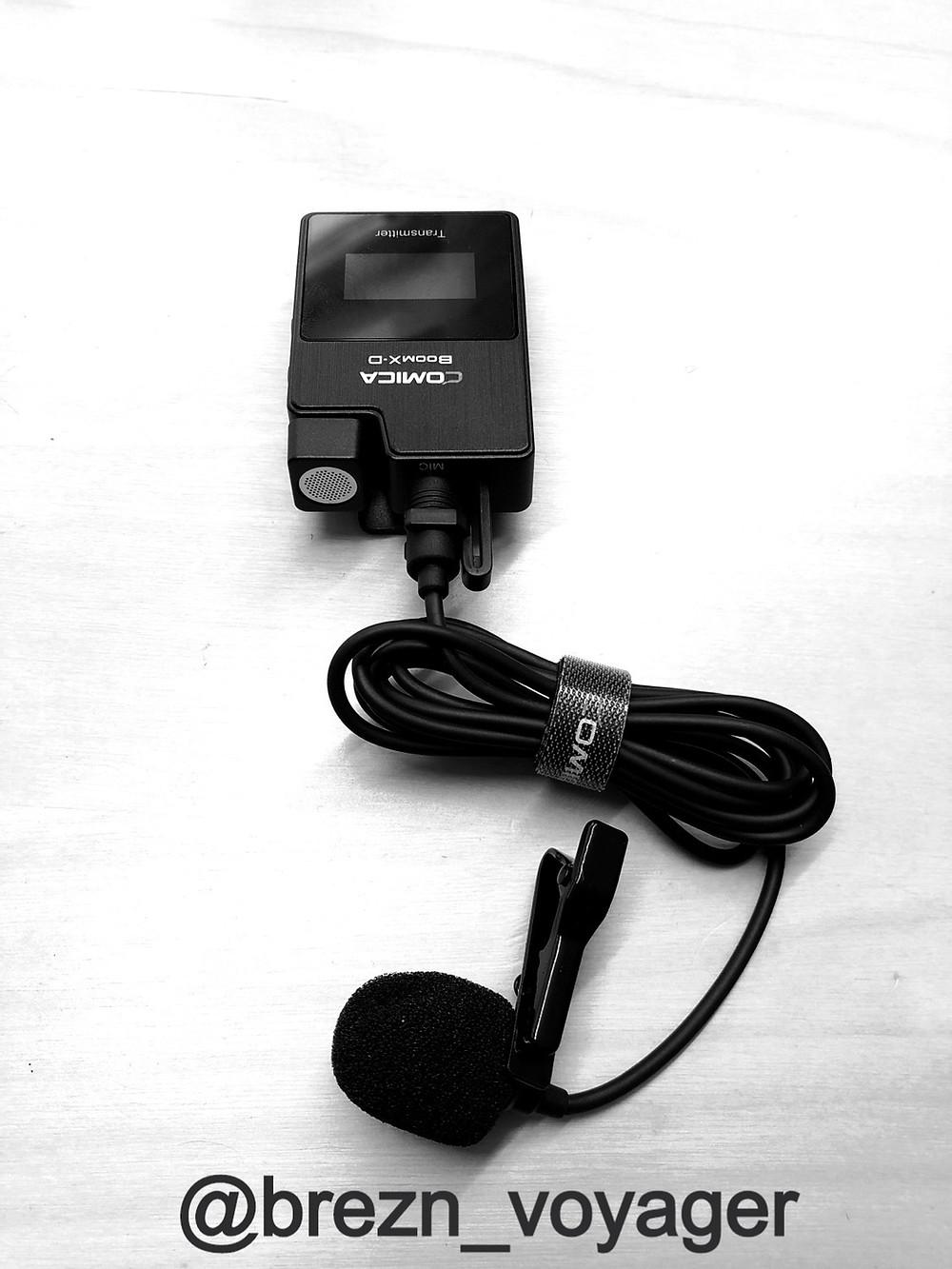 An der Kopfplatte kann neben dem integrierten Mikrofon das Lavalier Mikrofon eingesteckt werden