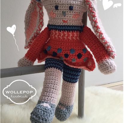 Knuffel Wollepop handmade by Juf Sas met gratis haakpatroon