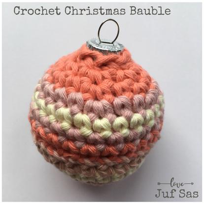 Gestreepte kerstbal handmade by juf Sas met gratis haakpatroon