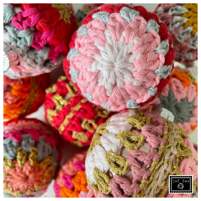 Vrolijke gehaakte restjes kerstbal handmade by juf Sas met gratis haakpatroon