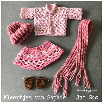 Poppenkleertjes voor pop Sophie handmade by juf Sas met gratis haakpatroon