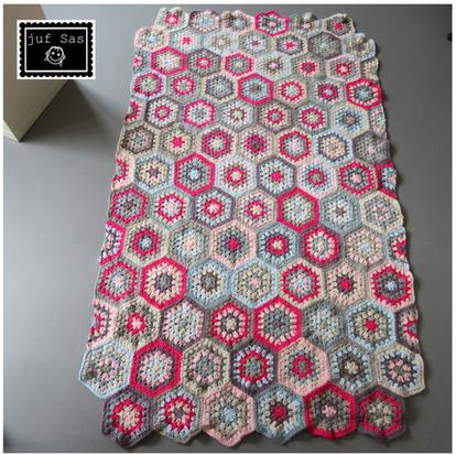 Halve zeshoekige granny squares handmade by juf Sas met gratis haakpatroon