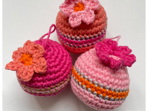 Kerstbal Bloem handmade by juf Sas met gratis haakpatroon