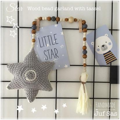 Star wood bead garland with tassel handmade by juf Sas met gratis patroon