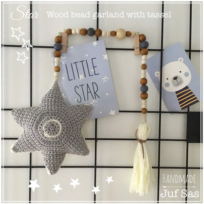 Star wood bead garland with tassel handmade by juf Sas met gratis patroon