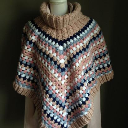Poncho met kol in roze en blauwtinten handmade by juf Sas met gratis haakpatroon