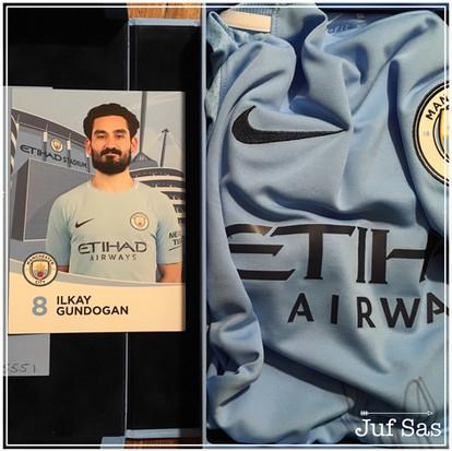 Juf Sas wint met een schilderij een gesigneerd shirt van Manchester City