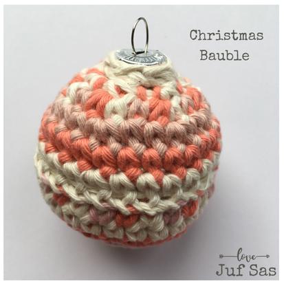 Gekleurde kerstbal handmade by juf Sas met gratis haakpatroon