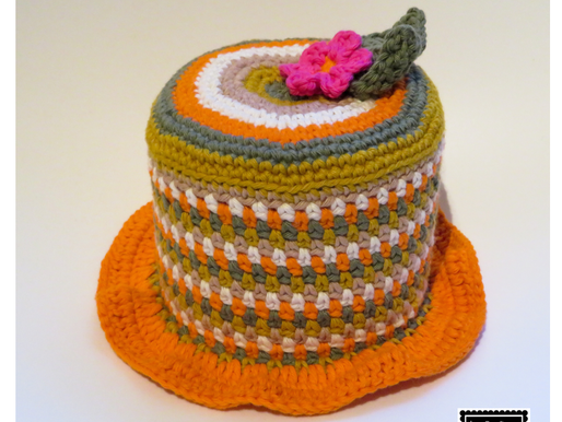 WC rolhouder hoedje met bloem handmade by juf Sas met gratis haakpatroon